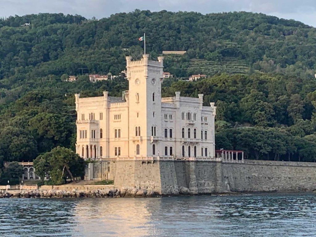 Castello di Miramare dal Delfino Verde